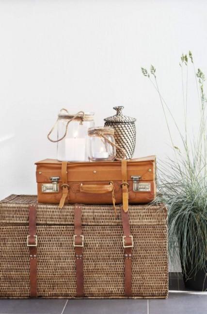 pleciony kufer,kufer z wikliny i skóry,skórzana walizka,pomarańczowa walizka ze skóry,marynistyczne lampiony,latarenki ze szkła i sznura,etniczne pojemniki
