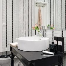 czarna stylowa konsolka z białą okragłą umywalką,biało-czarna mozaika na ścianie w łazience (28582)