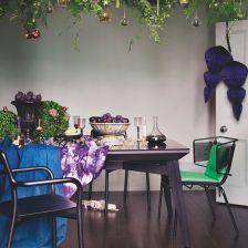 fiolety i zielenie w aranzacji światecznej jadalni w zmiksowanej stylowo jadalni z czarnym stołem (27547)