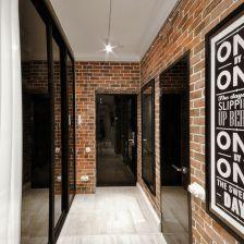 czerwona cegła na ścianach i czarne przeszklone drzwi szaf z przesuwnymi drzwiami,czarne drzwi z połyskiem (28204)