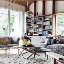 drewniane kanapy i fotele skandynawskie z poduchami,drewniany stolik i pó?ki otqwarte na ?cianie w salonie (27143)