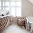 beżowo-biała mozaika na ścianie i posadzce włazience,bambusowy kosz na pranie,drewniane fronty umywalkowych szafek z białymi blatami