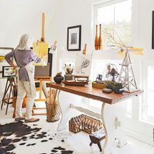 domowa pracownia w wiejskim stylu z rustykalnym stolem na profilowanej białej podstawie,wikinowe i drewniane pojemniki,dywan biało-czarny z bydlęcej skóry,dekoracyjne gałązki i biały lampion na stole (26164)