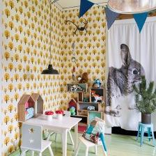 miętowy kolor desek na podłodze w pokoju dziecięcym, z tapetą w żółto-czarne drzewka,niebieskimi proporczykami i zasłonami z królikami (27529)