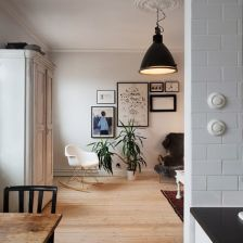 pomysłowa ścianka z przeszklonym oknem w otwartym salonie z kuchnią (20720)