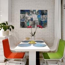 ściana z białej cegły, nowoczesny obraz na ścianie przy białym stole z kolorowymi krzesłami w jadalni (28202)
