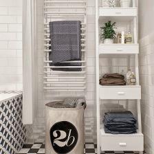 zgrabna biała drabina z szufladami jako regała w białej łazience skandynawskiej (26323)