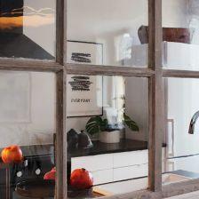 przeszklona ściana  ze szprosami dzieląca kuchnię od salonu (20718)