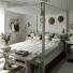biało-szare paski na podłodze i na łóżku w sypialni