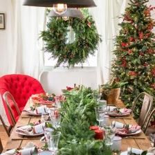 tradycyjne dekoracje świąteczne stołu z zielonym wiankiem i choinką z czerwonymi dekoracjami i krzesłami tolix (27548)