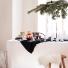 białe choineczki na  stole w biało - czarnym kolorze