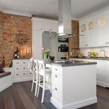 najpiękniejsza kuchnia skandynawska ze ścianami z czerwonej cegły i prostych desek (20363)