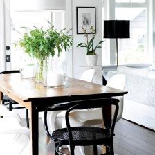 czarne krzesło z gietego drewna,rustykalny drewniany stół,nowoczesne białe i czarne lampy oraz krzesła panton w jadalni (26787)