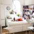 kuchnia w bieli i szarymi półkami