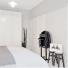 białe szafy w zabudowie sypialni