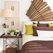 dekoracja ścienna wachlarz z bambusa, metalowy stolik z drewnianą tacą,wiklinowy kosz i białe łóżko ubrane w brązowo - oliwkowe narzuty i poduszki (26166)
