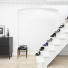 białe schody bez poręczy w białym przedpokoju