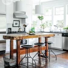 industrialny stół  z metalowymi stołkami   w białej nowoczesnej kuchni z ciemną podłogą z desek (26786)