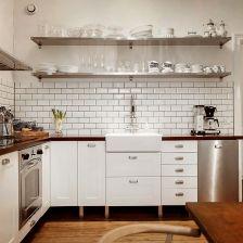 stalowy okap i półki ,biała glazurowana cegiełka na ścianie,drewniana podłoga i stół w stylu skandynawskim (27098)