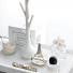 praktyczne białe tace na drobiazgi w garderobie