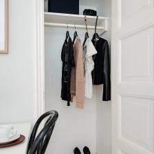 ukryta pomysłowa mała garderoba we wnęce w jadalni za białymi drzwiami (25913)