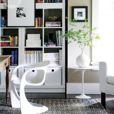 drewniany rustykalny stół z drewna,biały nowoczesny fotelik z tworzywa,okrągły biały stolik pomocniczy i nowoczesny regał z książkami (26788)